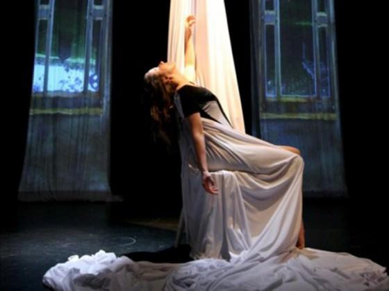 Danseuse assise sur une chaise - tissu aérien, danse, spectacle