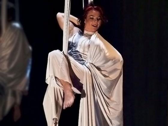 Danseuse suspendue à un tissu - circus, art, dance
