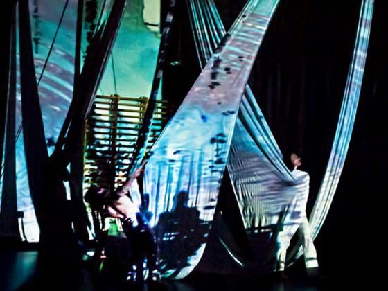 Spectacle de danse aérienne - fabrics, aerial dancers