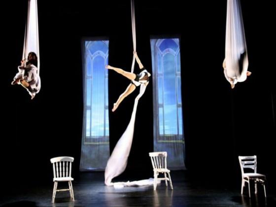 Spectacle de théâtre - tissu, show, cirque contemporain