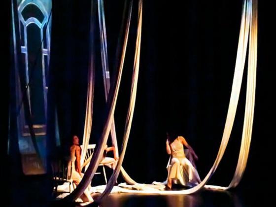 Danseurs et tissus suspendus - art du cirque, danse, spectacle
