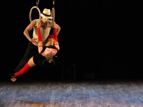 Aerial dancers with hoop - cerceaux, agrès