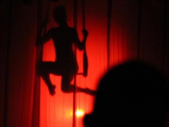 Danseur derrière un tissu aérien en ombre chinoise - tissu aérien