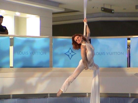 Ouverture boutique Vuitton Bangkok - aerial silk, act, Fred Deb'